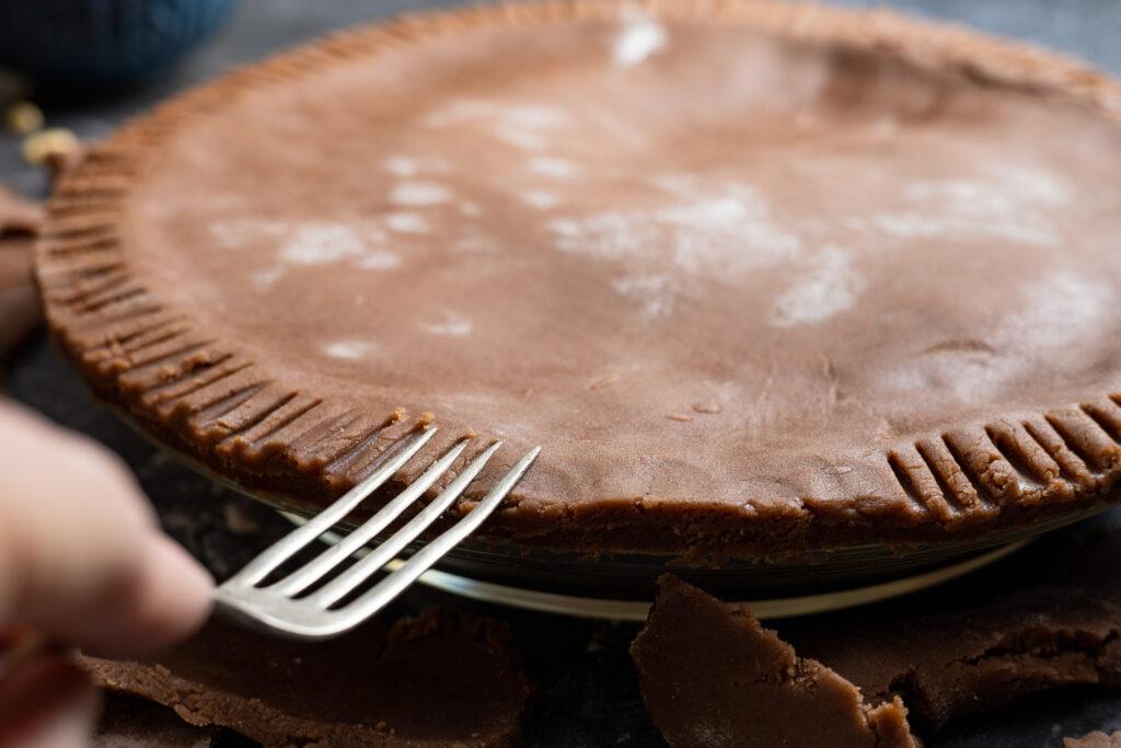 sealing the chocolate torta della nonna with a fork
